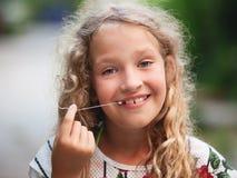 La fille s'est tirée des dents Photos libres de droits