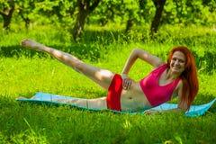 La fille s'exercent pour des jambes photo stock