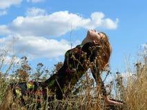 la fille s'expose au soleil sous le soleil d'été Photos libres de droits