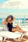 La fille s'expose au soleil sur le yacht Photographie stock