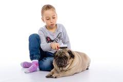 La fille s'inquiète du chien, écoute un stéthoscope Photos libres de droits