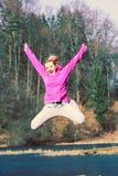 La fille sautant en parc Photo libre de droits