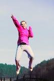 La fille sautant en parc Photos libres de droits