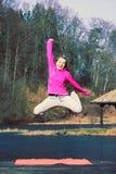La fille sautant en parc Photographie stock libre de droits