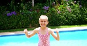 La fille sautant près de la piscine banque de vidéos
