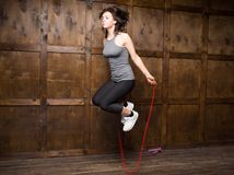 La fille sautant sur la corde à sauter Photo libre de droits