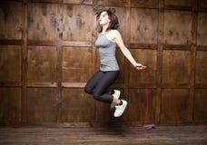 La fille sautant sur la corde à sauter Image libre de droits