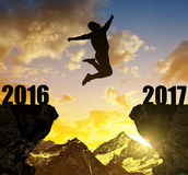 La fille saute à la nouvelle année 2017 photographie stock libre de droits