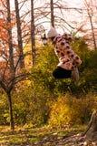 La fille saute haut image stock