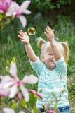 La fille saute les bulles Photographie stock libre de droits