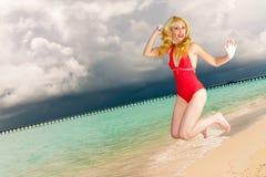 La fille saute sur une côte d'océan, Maldives Photographie stock