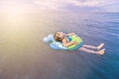La fille se baigne en mer avec un cercle Photo stock