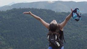 La fille se lève sur la montagne clips vidéos