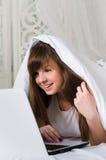 La fille se repose dans le lit Photos libres de droits