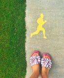 La fille se tient sur la piste, le concept d'un mode de vie sain image stock