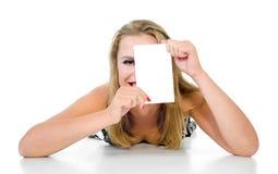 La fille se trouve et juge la tablette d'isolement Images libres de droits