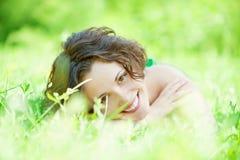 La fille se trouve sur la pelouse Photo libre de droits
