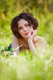 La fille se trouve sur la pelouse Image libre de droits