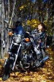La fille se trouve sur une grande moto Photos libres de droits