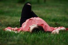 La fille se trouve sur une pelouse Images libres de droits