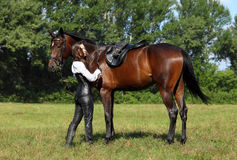 La fille selle un cheval photos libres de droits
