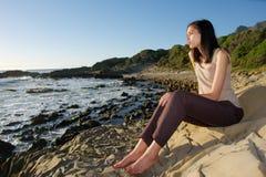 La fille sensible apprécie le coucher du soleil de mer Photo stock