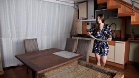 La fille sert une table pour deux pour le petit déjeuner banque de vidéos