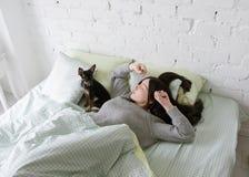 La fille seule se réveillent avec le chien Images libres de droits