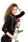 La fille sexy dans l'amour retenant un rouge s'est levée photo libre de droits