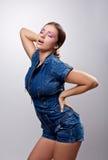 La fille sexy posant dans des jeans rectifient le désir d'exposition photo libre de droits