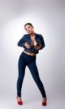 La fille sexy posant dans des jeans rectifient - prenez le sein Photographie stock