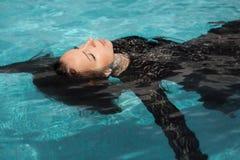 La fille sexy se baigne dans la piscine Photographie stock libre de droits