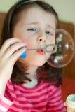 La fille souffle des bulles Photos libres de droits