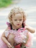 La fille souffle des bulles de savon Photographie stock libre de droits