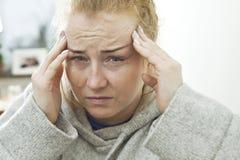 La fille souffre des maux de tête terribles Photo libre de droits