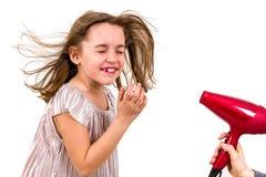 La fille sourit au dessiccateur de coup - s?che-cheveux images libres de droits