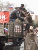 La fille sous la forme de temps de la deuxième guerre mondiale se lève dans le camion Photo libre de droits