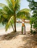 La fille sous un palmier Photo libre de droits