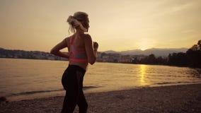 La fille sportive apprécie sa forme physique de matin, mode de vie sain, mouvement lent banque de vidéos