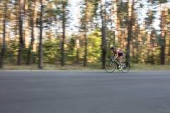 La fille sportive monte un vélo Photographie stock libre de droits