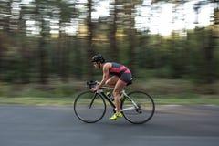 La fille sportive monte un vélo Image libre de droits