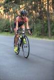 La fille sportive monte un vélo Photographie stock