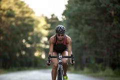 La fille sportive monte un vélo Images stock