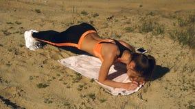 La fille sportive a pratiqué un exercice de courroie dehors banque de vidéos