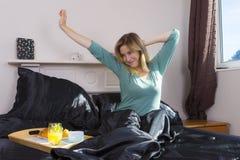 La fille stratching dans la chambre à coucher se réveillent photos libres de droits