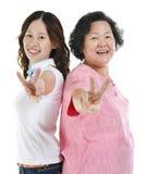 La fille supérieure de mère et d'adulte montrant la paix remettent le signe Photo libre de droits