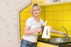 La fille sur la cuisine Photographie stock