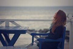 La fille sur la plage Photo stock