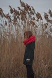 La fille sur le côté du fleuve Photographie stock