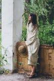 La fille sur le porche de la vieille maison photo stock